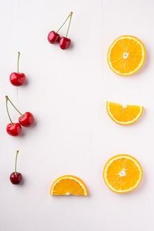 Copyspace rama lato wiśnie pomarańcze owoce tło widok z góry mieszkanie nieatutowy