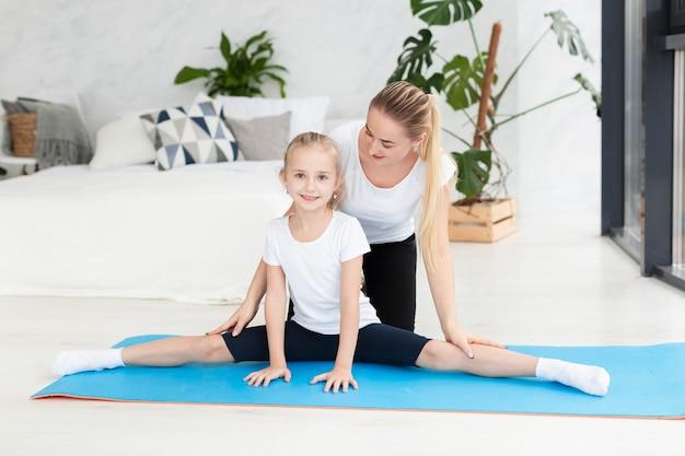 Córka ćwiczy z matką w domu