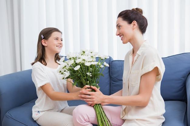 Córka daje macierzystym biały bukietowi