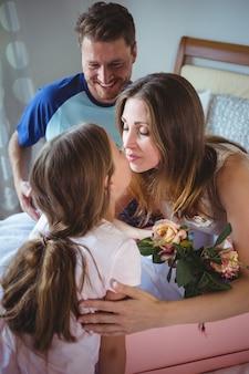 Córka daje prezent swojej matce