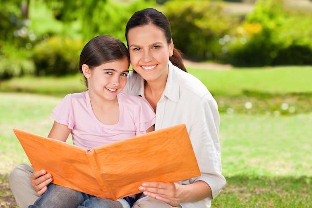 Córka i jej matka, patrząc na ich zdjęcie albumu