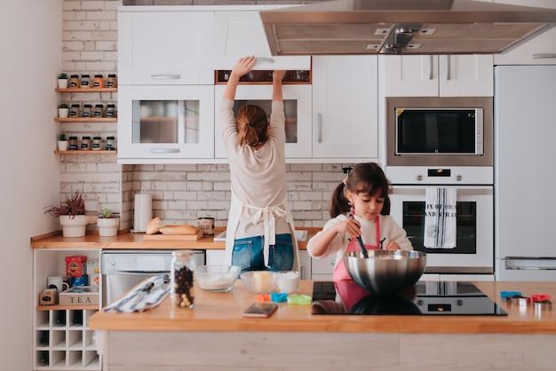 Córka i mama gotują w domu pyszny deser na dzień matki