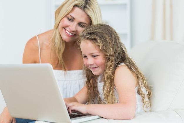 Córka i matka pracuje z notatnikiem