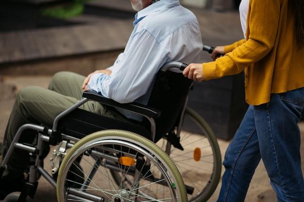 Córka i niepełnosprawny ojciec wybierają się na spacer