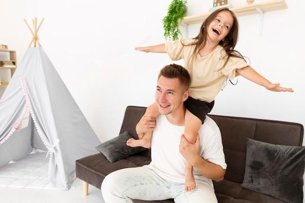 Córka i ojciec gra z miejsca na kopię