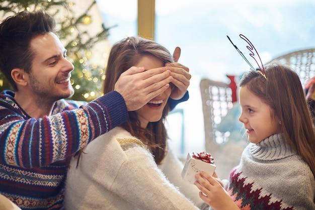 Córka i ojciec mają małą niespodziankę dla mamy