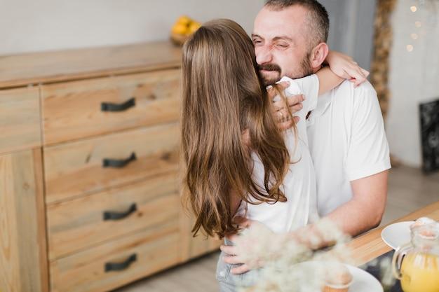 Córka i tata na śniadaniu w dzień ojca