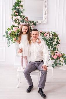 Córka i tata w pokoju z ozdobnymi kwiatami