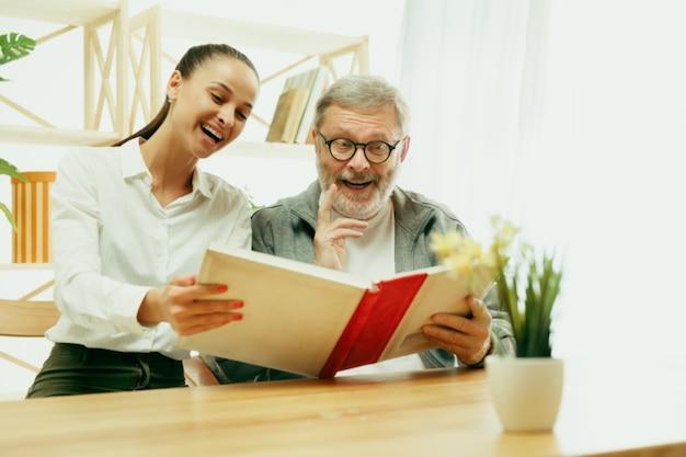 Córka lub wnuczka spędza czas z dziadkiem lub starszym mężczyzną