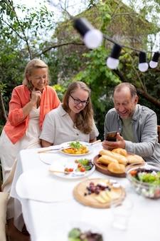 Córka odwiedza rodziców na obiad w ich domu