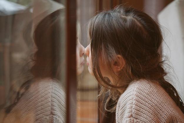 Córka odzwierciedlająca smutek i samotność