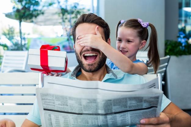 Córka oferuje jej prezent dla jej taty