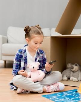 Córka pomaga pakować pudełka