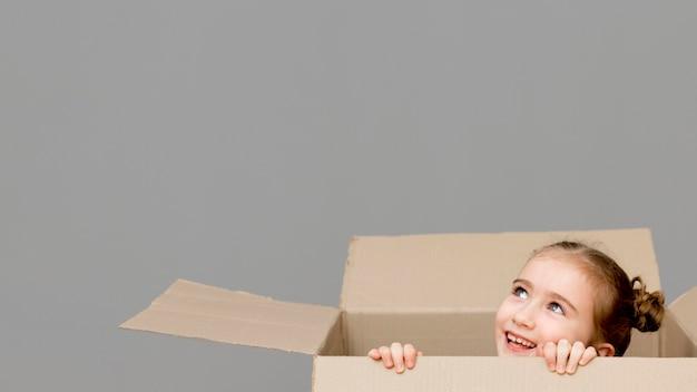 Córka pomaga w pakowaniu pudeł