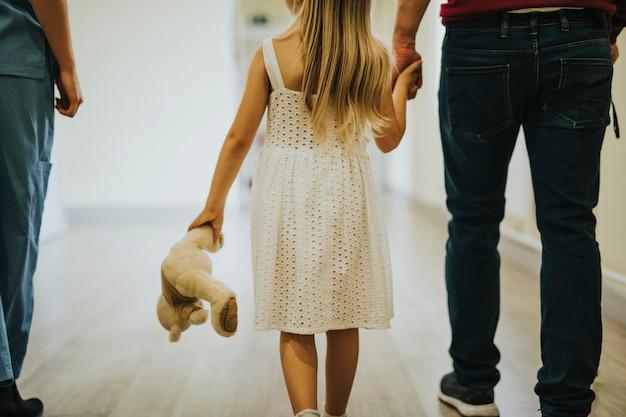 Córka spacerująca z niepełnosprawnym ojcem