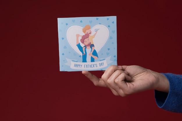 Córka trzyma kartkę z życzeniami dzień ojca