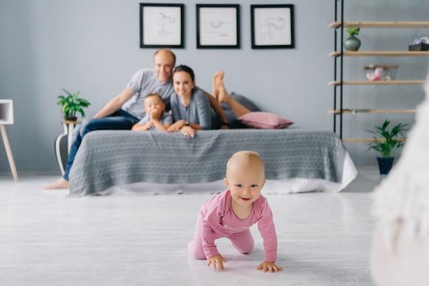 Córka ucieka przed rodzicami. gramy w chowanego i nadrabiamy zaległości z rodziną w domu.