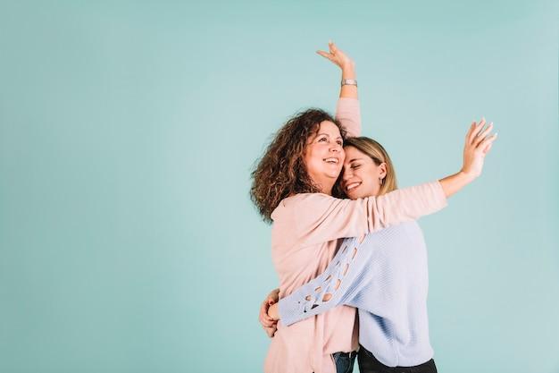 Córka wesoły przytulanie matki