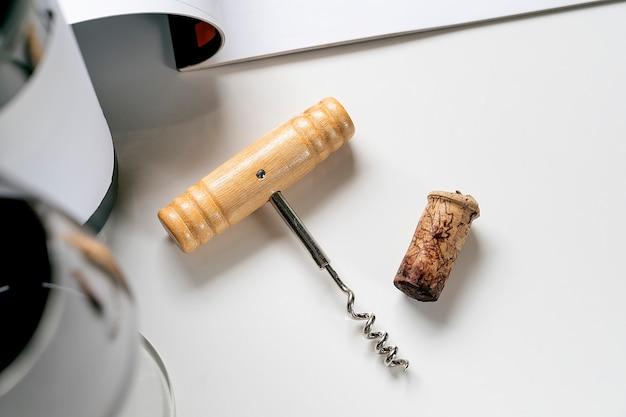 Corkscrew i wino korek na bielu stole