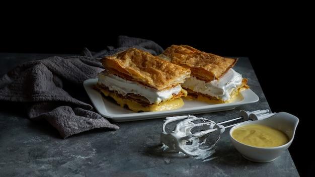 Costrada lub millefeuille z - tradycyjnym deserem z ciasta francuskiego, śmietany i kremu.