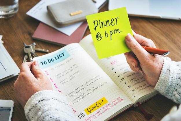 Cotygodniowy terminarz planowania organizuje listę rzeczy do zrobienia