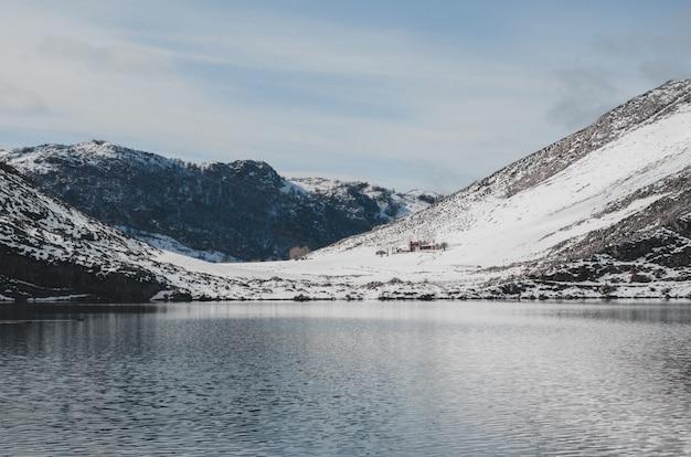 Covadonga jezior śnieżny krajobraz.