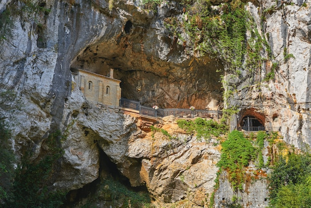 Covadonga santa cave katolickie sanktuarium asturias