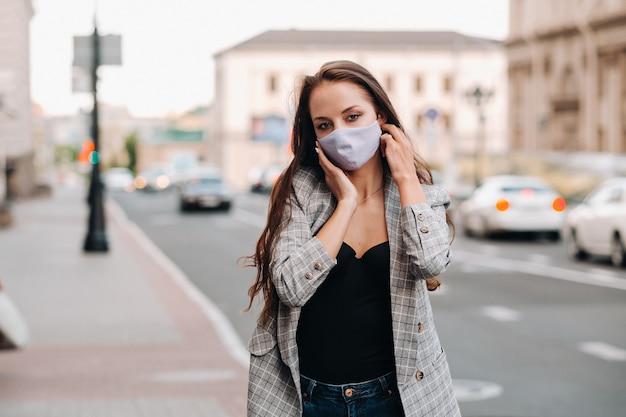 Covid-19 i koncepcja zanieczyszczenia powietrza pm2,5. pandemia, portret młodej kobiety noszącej maskę ochronną na ulicy. pojęcie zdrowia i bezpieczeństwa.