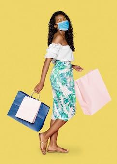Covid 19, kobieta robiąca zakupy w masce w nowej normalności