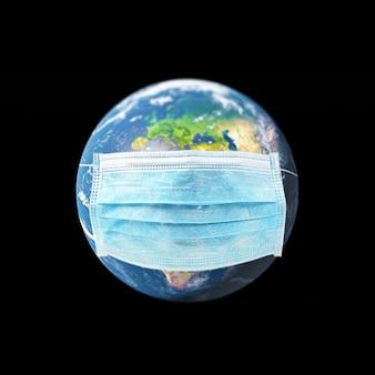 Covid-19, koncepcja podróży i bezpiecznego świata, kula ziemska w masce medycznej. planeta ziemia z ochroną. elementy obrazu dostarczone przez nasa. ilustracja 3d