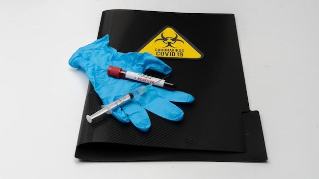 Covid 19 koronawirus, zainfekowana próbka krwi w probówce, szczepionka i wstrzyknięcie strzykawki służy do zapobiegania, immunizacji i leczenia covid-19