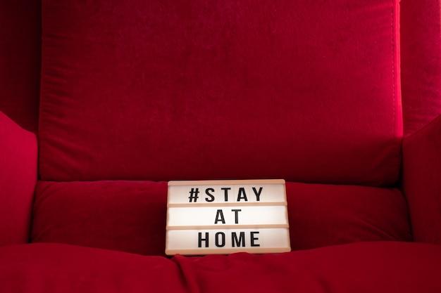 """Covid-19 koronawirus """"zostań w domu ratuj życie"""" wirusowa wiadomość w mediach społecznościowych z tekstem"""