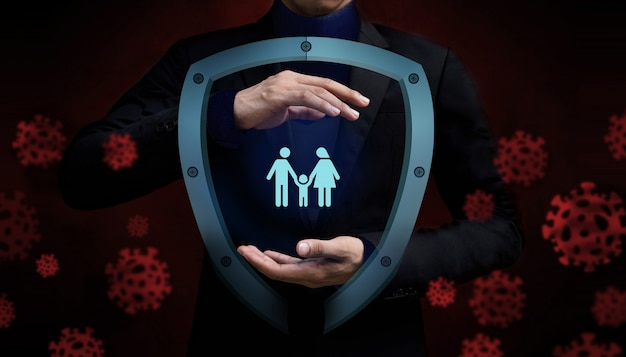 Covid-19 lub corona virus situation concept. ubezpieczenie dla rodziny. chroniony ręką gestu i osłoną bezpieczeństwa