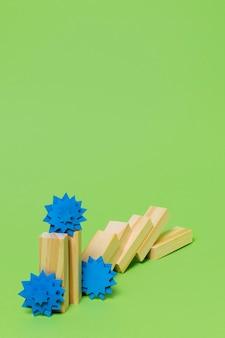 Covid koncepcja z kawałkami papieru i drewna