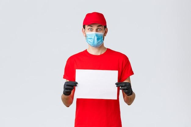 Covid samodzielna kwarantanna zakupy i wysyłka online koncepcja podekscytowana kurierem w czerwonych rękawiczkach mundurowych i ...