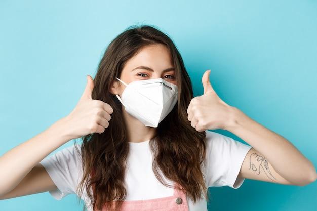 Covid społeczny dystans i koncepcja blokady młoda pozytywna dziewczyna w respiratorze medycznym w masce ...