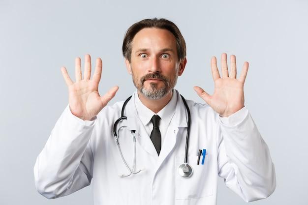 Covid zapobiegający wirusowi pracownicy służby zdrowia i koncepcja szczepień zdziwieni i zaskoczeni szczęśliwy doktor...
