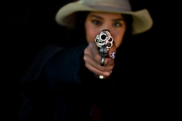 Cowgirl z pistoletem. styl życia cowgirl. piękna dziewczyna kowboj z pistoletem.