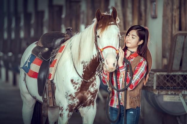 Cowgirls pracuje przy końskim gospodarstwem rolnym, sakonnakhon, tajlandia.