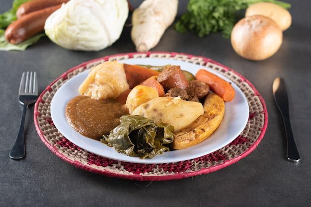 Cozido to danie brazylijskiego jedzenia na szarym stole.