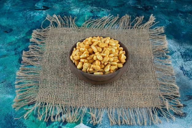 Cracker fish in bowl na fakturze na powierzchni marmuru