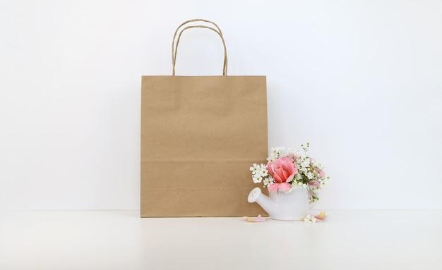 Craftowa papierowa torba z kwiatami