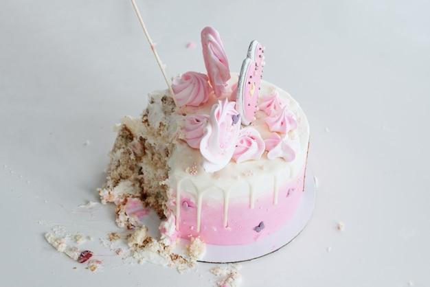 Crash różowy tort. pierwsze urodziny dziewczyny z okazji święta, ruiny biszkoptu.