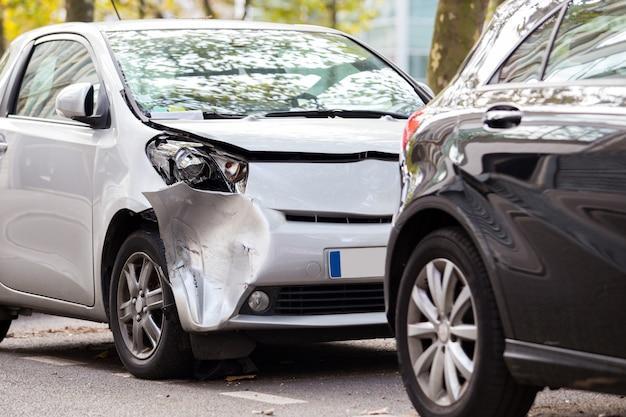 Crash srebrny parking po innym samochodzie w paryżu, francja
