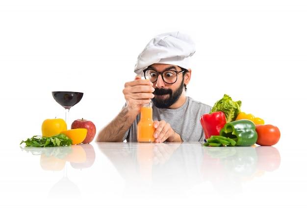 Crazy hipster szefa kuchni podejmowania soku pomarańczowego