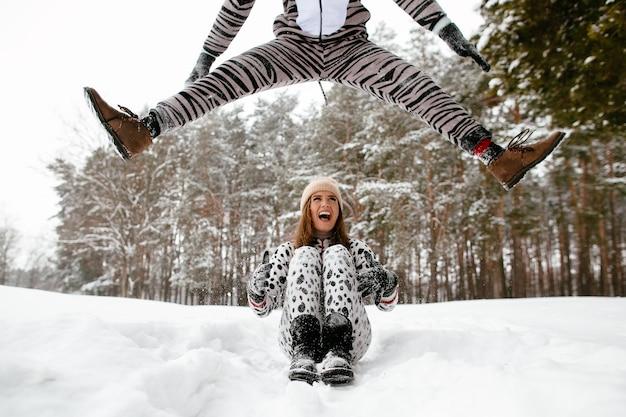 Crazy winter love story pięknej pary w zabawnych strojach zwierząt.