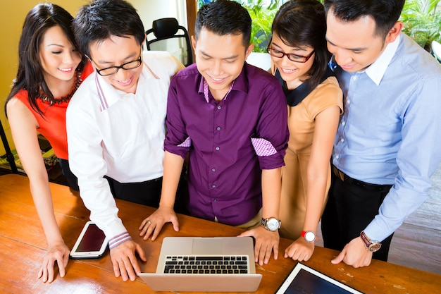 Creative business asia, spotkanie zespołu w biurze