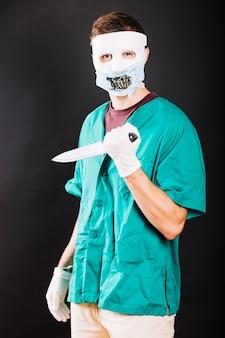 Creepy człowiek ubrany w halloween kostium
