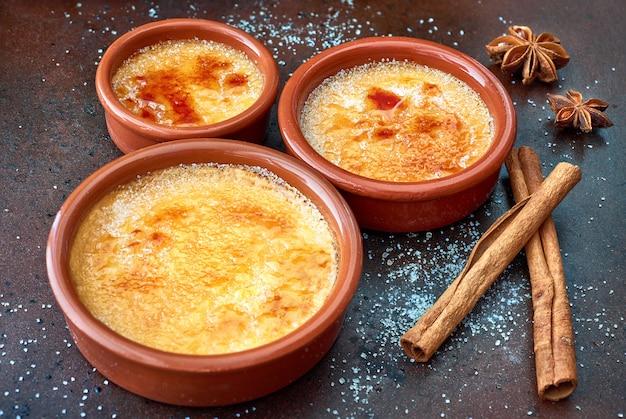 Creme brulee (krem brulee, przypalona śmietana) w naczyniach do pieczenia terracota