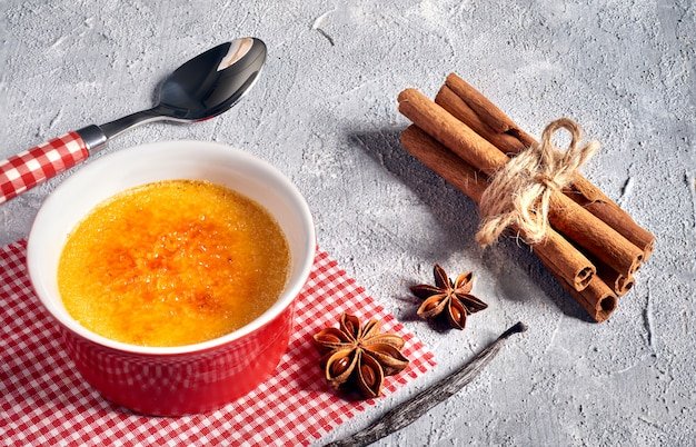 Creme brulee (krem brulee, spalona śmietana) z cynamonem i anis